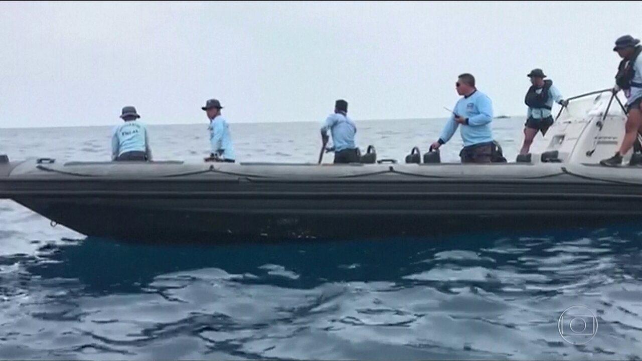 Equipes de resgate retomam buscas pelas vítimas da queda do avião no mar da Indonésia