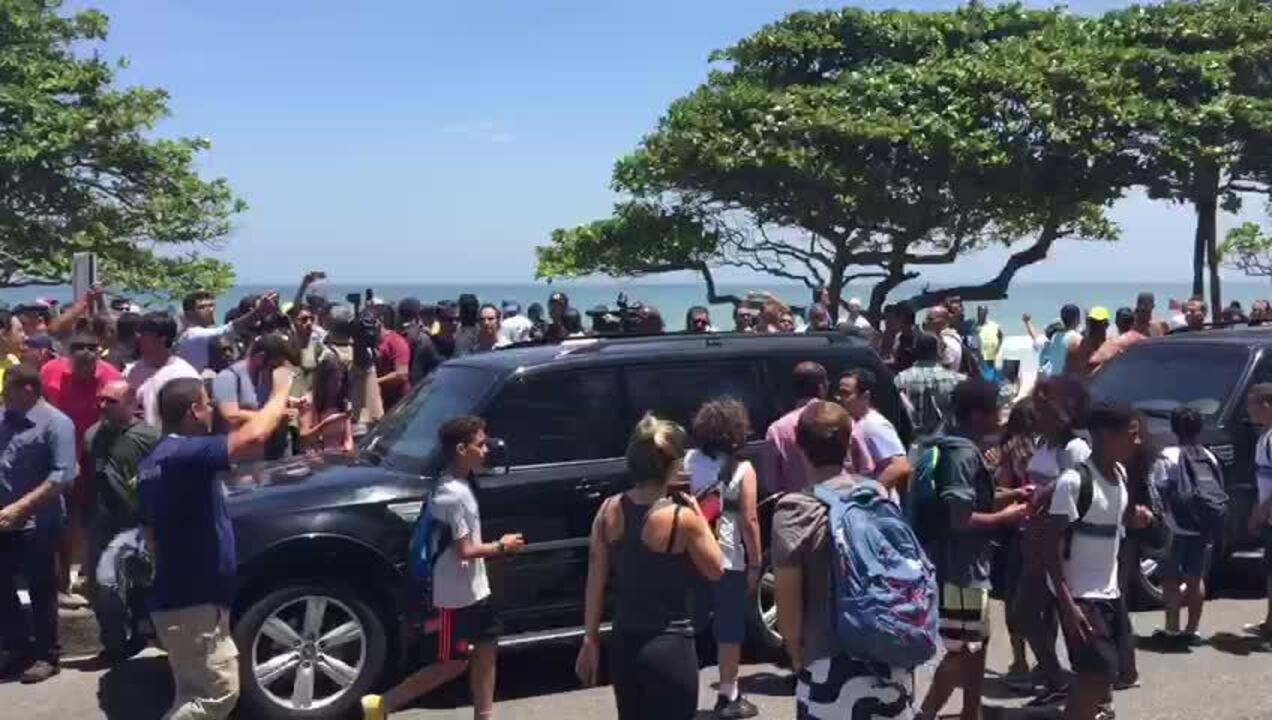 Comitiva de Bolsonaro passa na orla da Barra da Tijuca