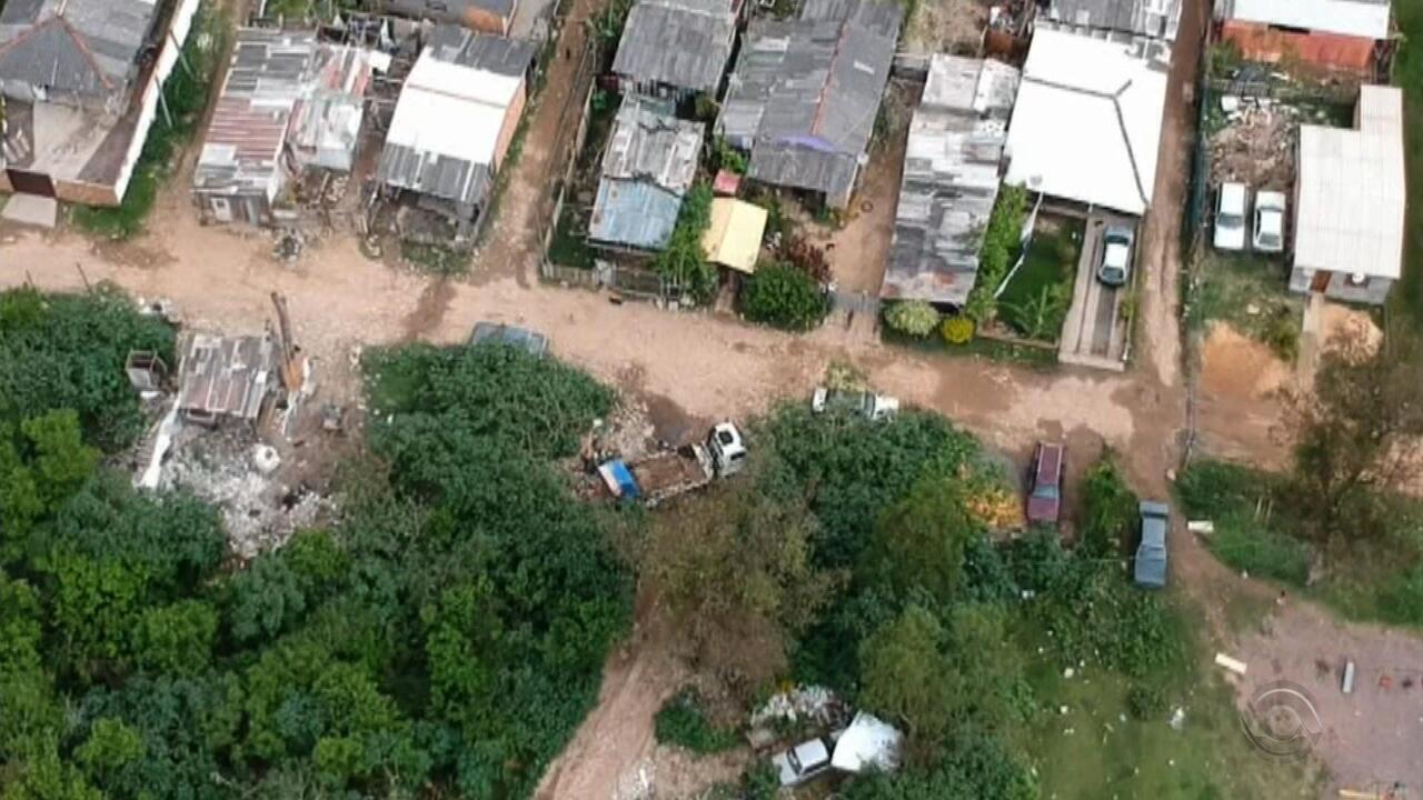 Terrenos invadidos são transformados em lixões em Porto Alegre