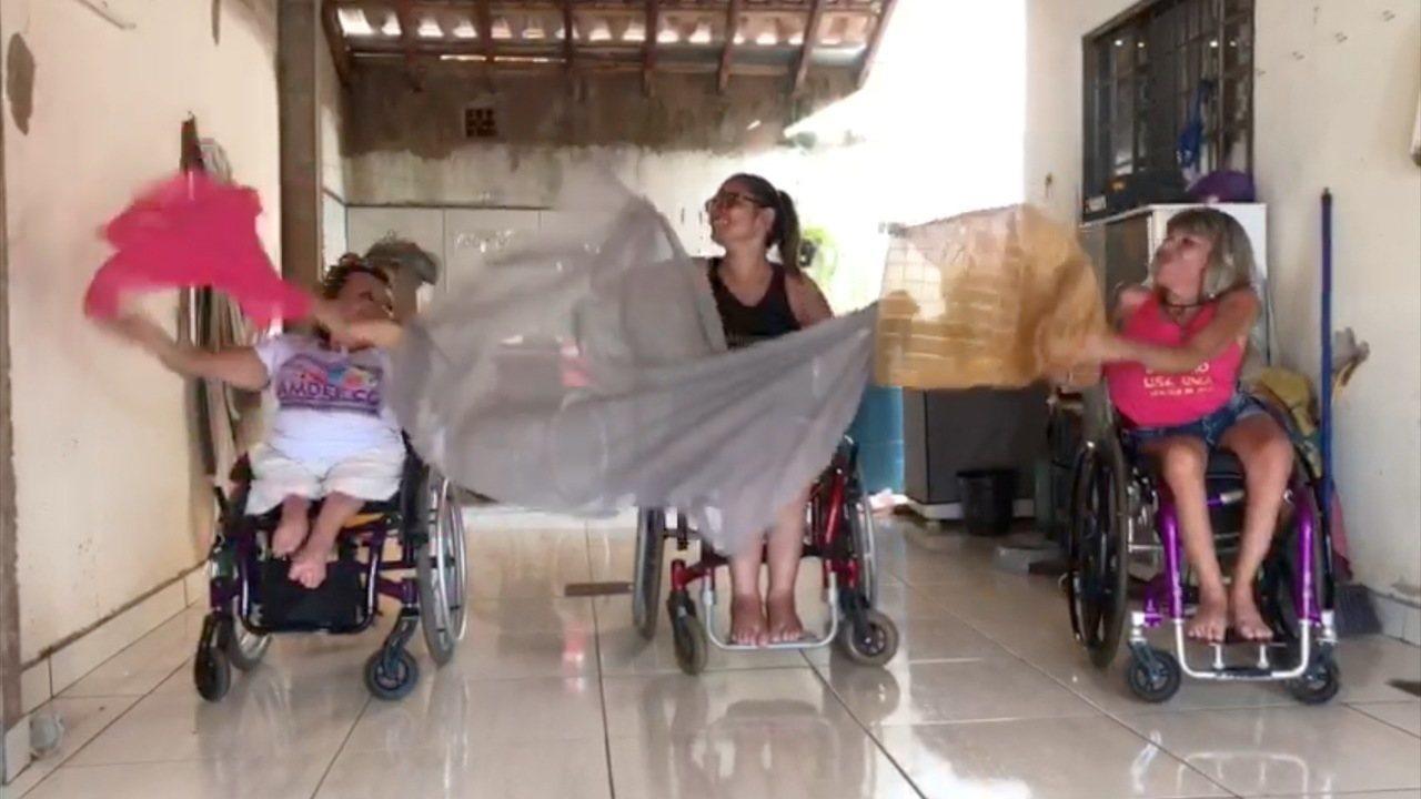 Cadeirantes que fazem dança do ventre ensaiam em casa e mostram a alegria de praticar