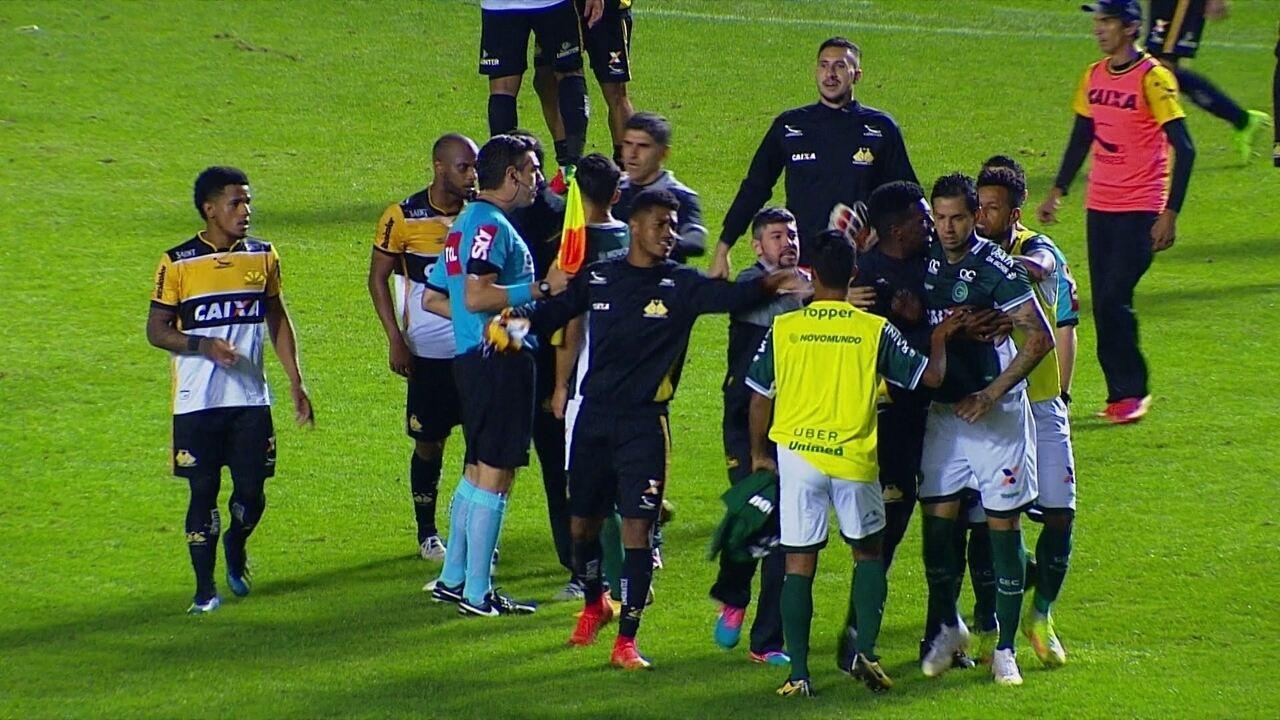 Jogadores se estranham no final do jogo, e Zé Carlos é expulso