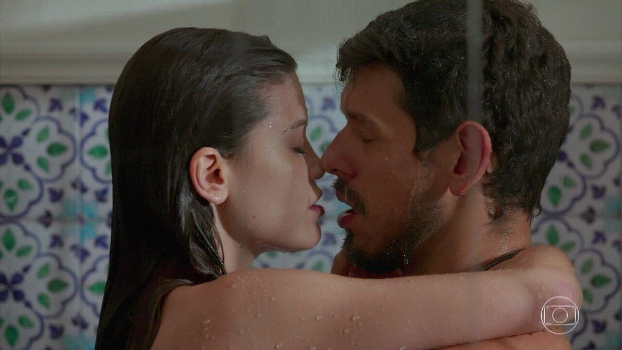 'Espelho da Vida': Cris (Vitória Strada) e Alain (João Vicente de Castro) se entregam a paixão no chuveiro