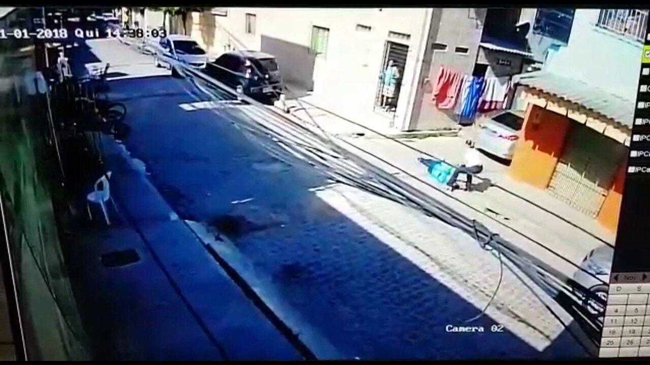 Câmera de segurança registra momento em que comissário aposentado é baleado no Recife