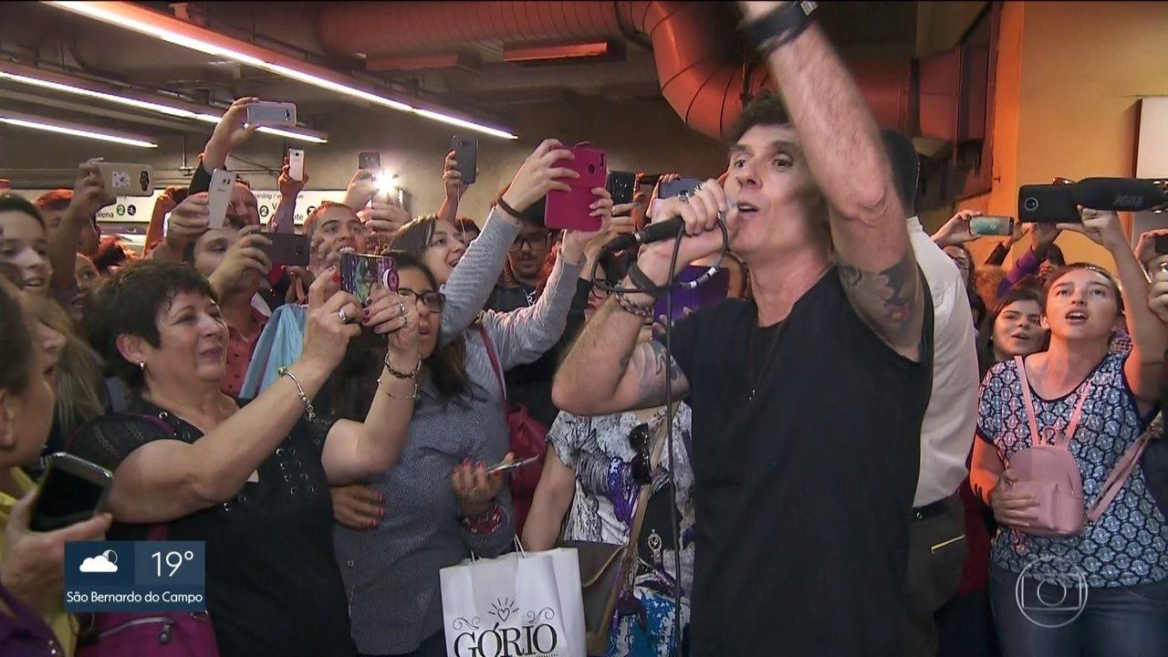 Capital Inicial toca na estação Paraíso para promover o Rock in Rio