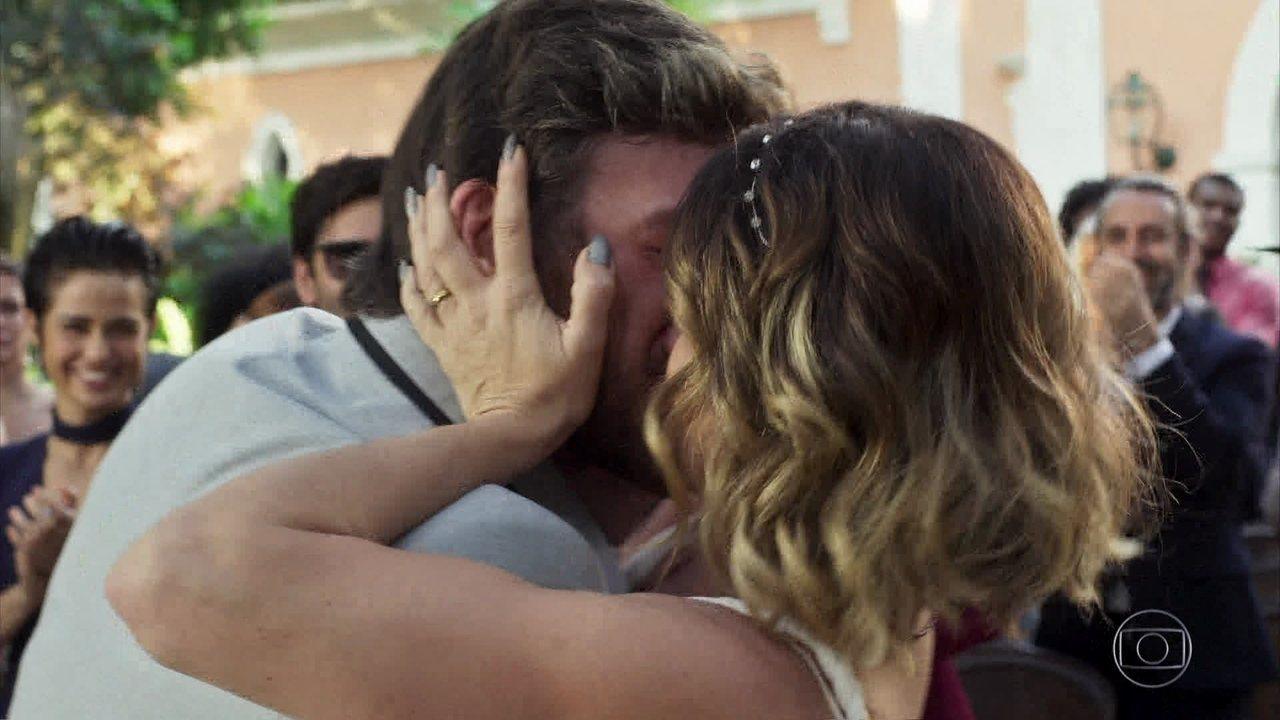 Beto e Luzia se casam e Karola se desespera