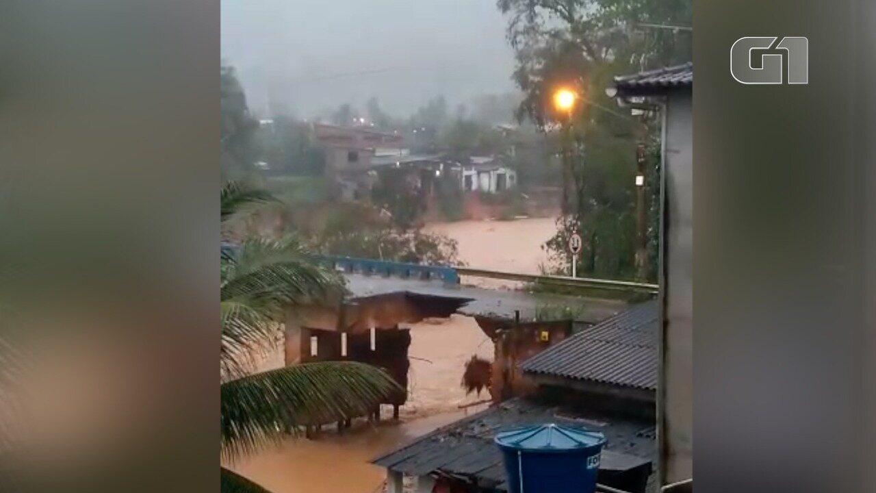 Ponte cai no distrito de Trapiche, em Macaé, no RJ