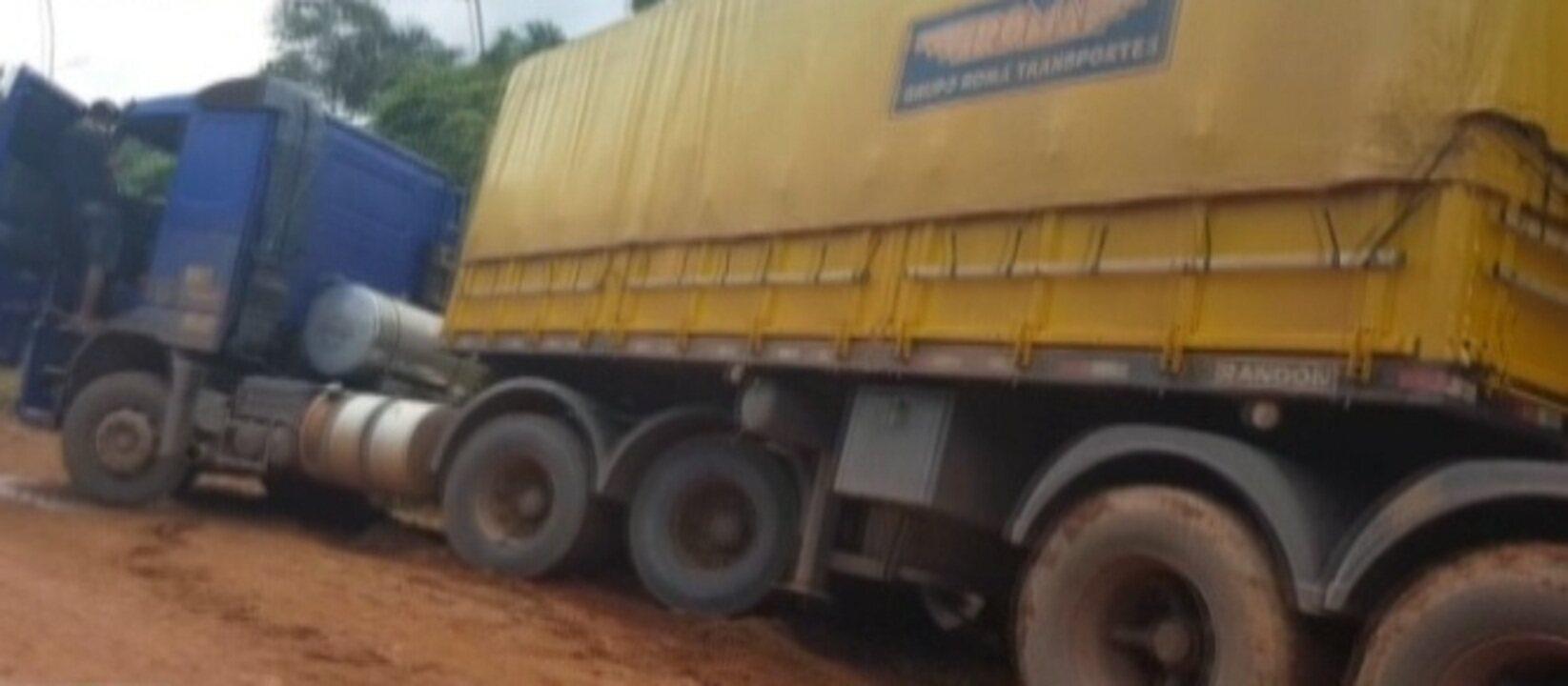 Imagens mostram caminhoneiros e passageiros enfrentando atoleiros na BR-163 no Pará