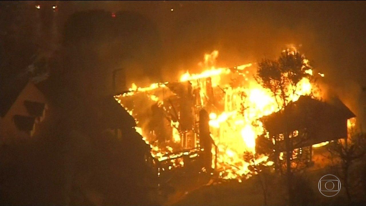 Incêndio florestal obriga mais de 150 mil a deixarem as casas na Califórnia