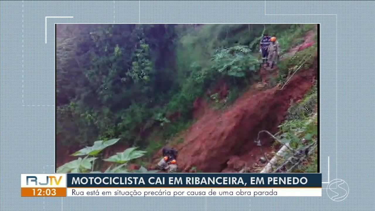 Motociclista escorrega em rua cheia de lama em Penedo e cai em ribanceira