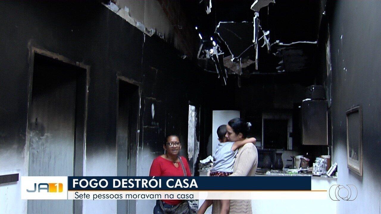 Incêndio destrói casa onde moravam sete pessoas, em Goiânia