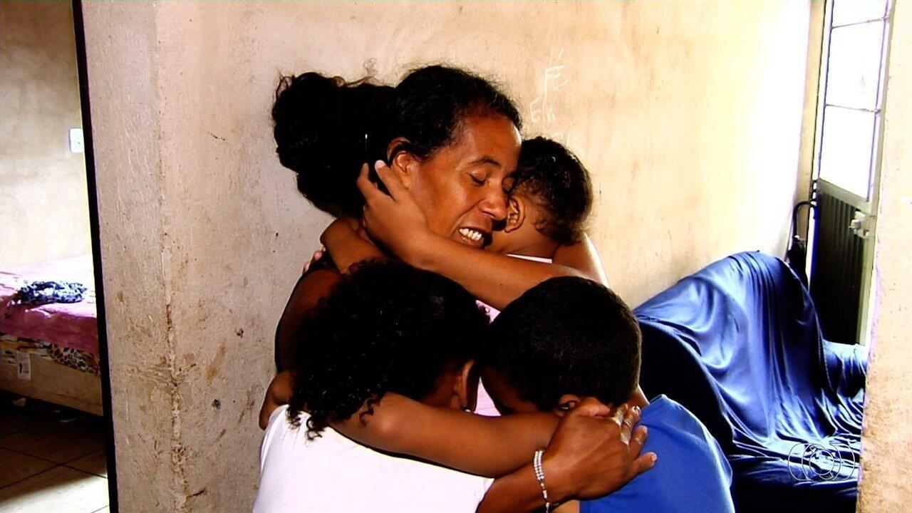 Mãe pede ajuda para alimentar os seis filhos, em Goiânia