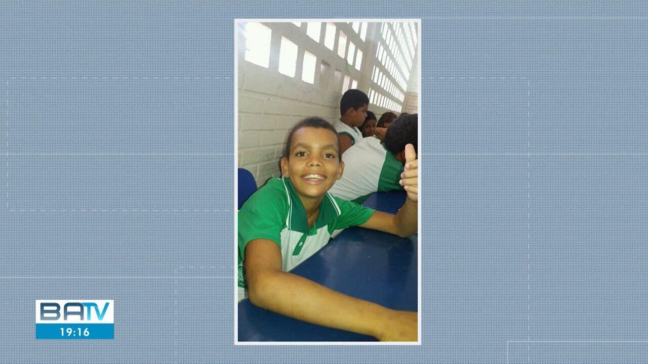 Corpo de menino que morreu após ser atropelado por trem é enterrado em Camaçari