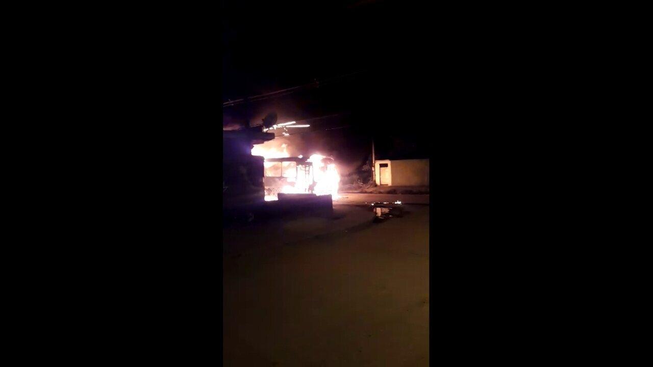 Criminosos ateiam fogo em ônibus na Via Dutra, Rio de Janeiro