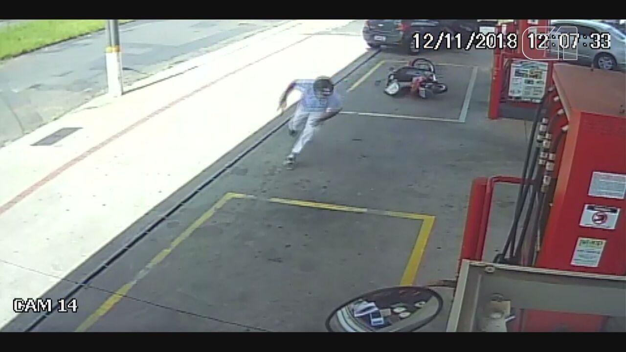 Câmera flagra policial militar sendo baleado em posto de São Carlos