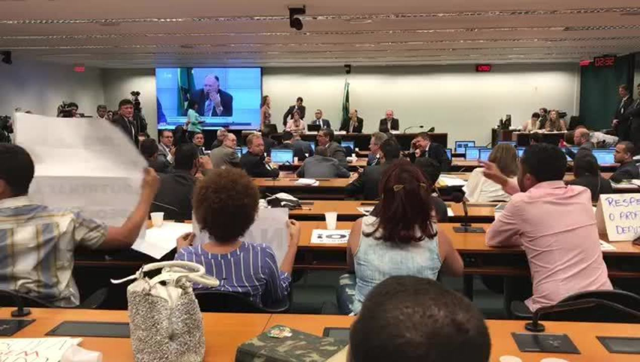Deputados e manifestantes discutiram durante análise do projeto da escola sem partido