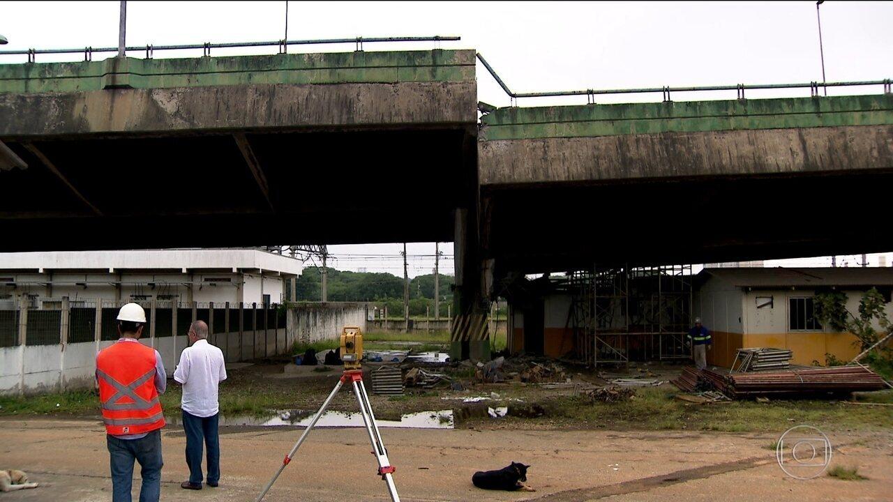 Parte de viaduto cede dois metros em via expressa de São Paulo