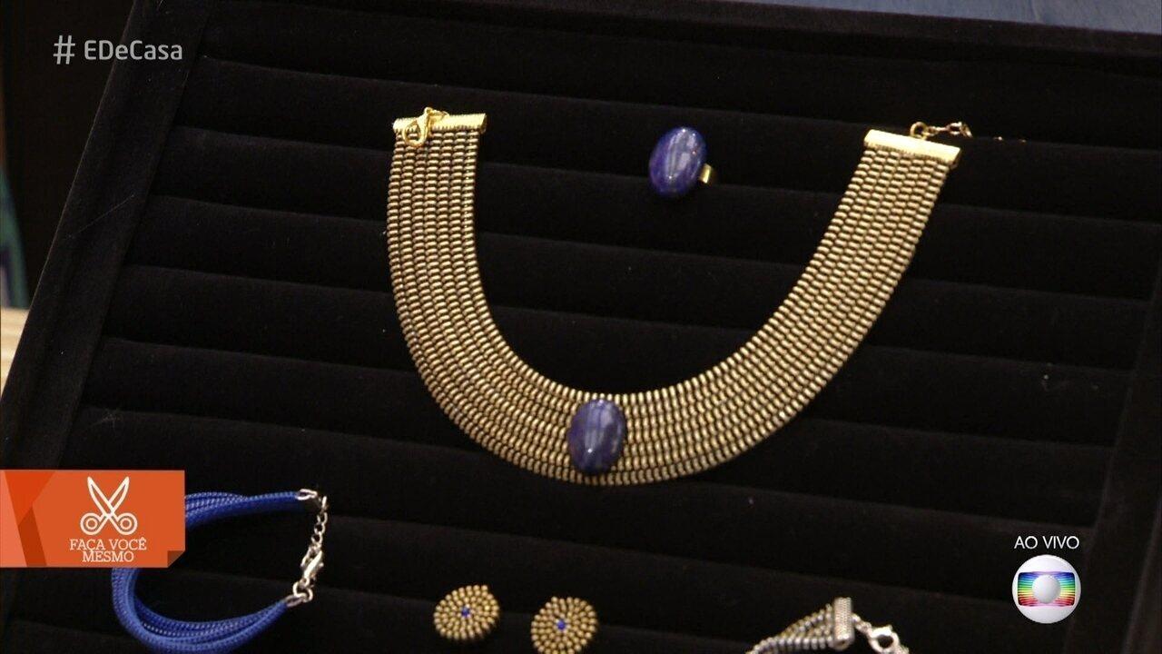 Artesã ensina a fazer bijuterias de zíper