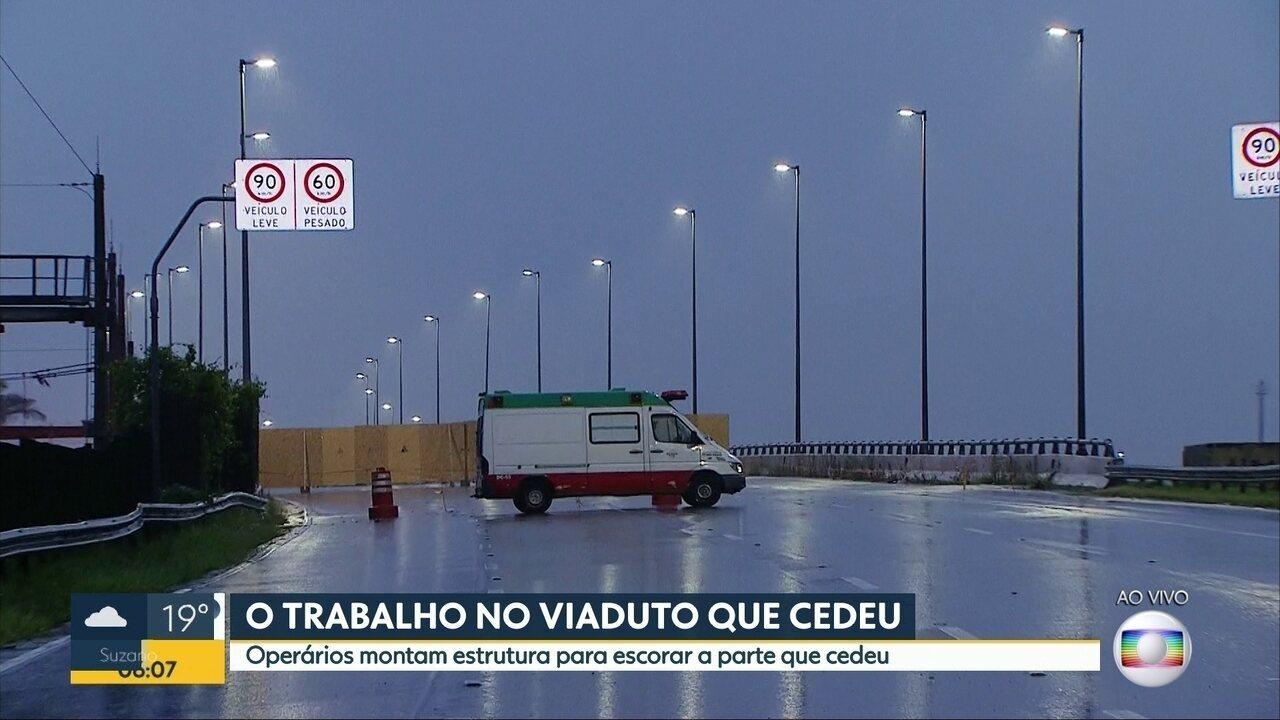 Funcionários fazem 120 metros de escoramento de viaduto que cedeu na Marginal Pinheiros