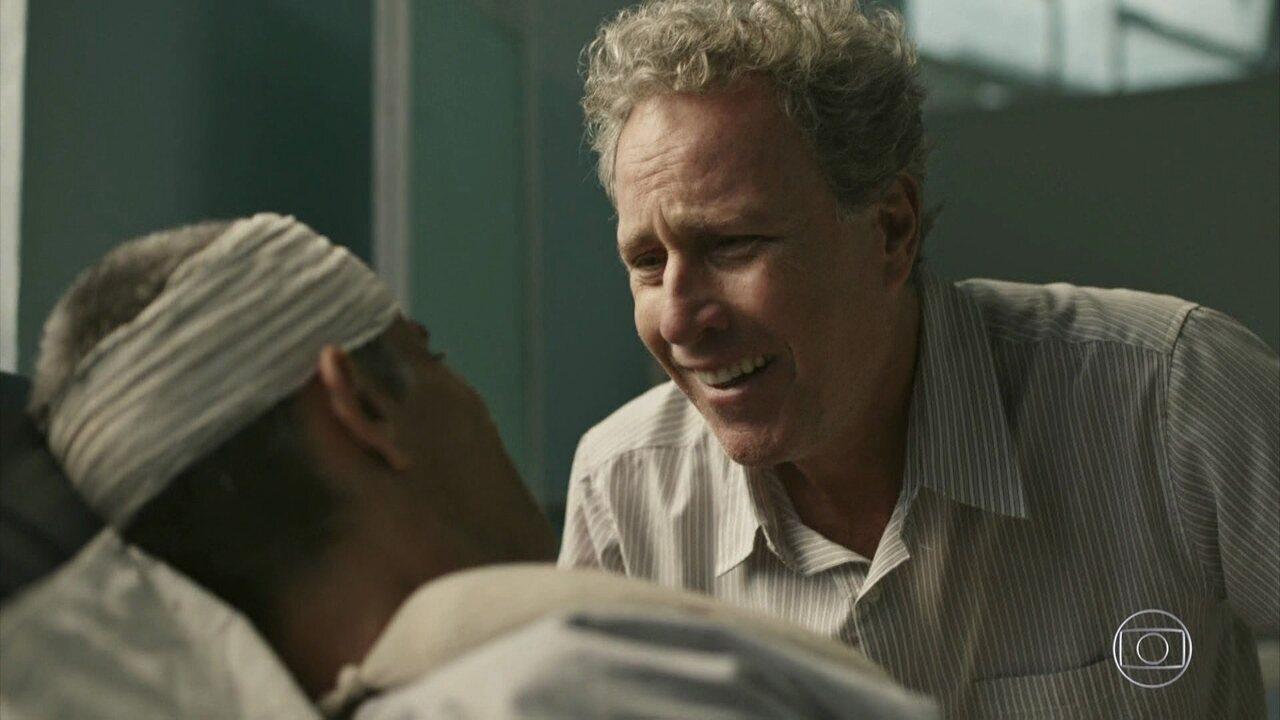 Um familiar surge no hospital e revela que o mendigo é um talentoso artista plástico