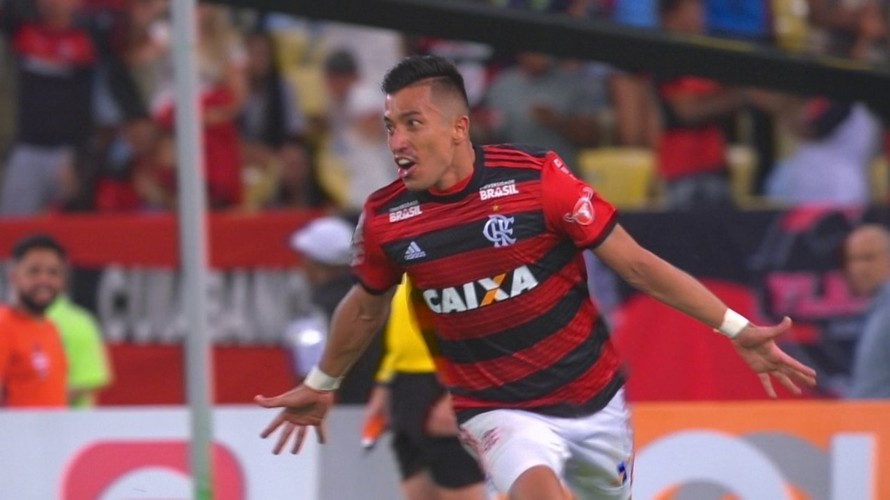 Gol do Flamengo! Uribe pega de voleio e abre o placar a 1 do 2º tempo