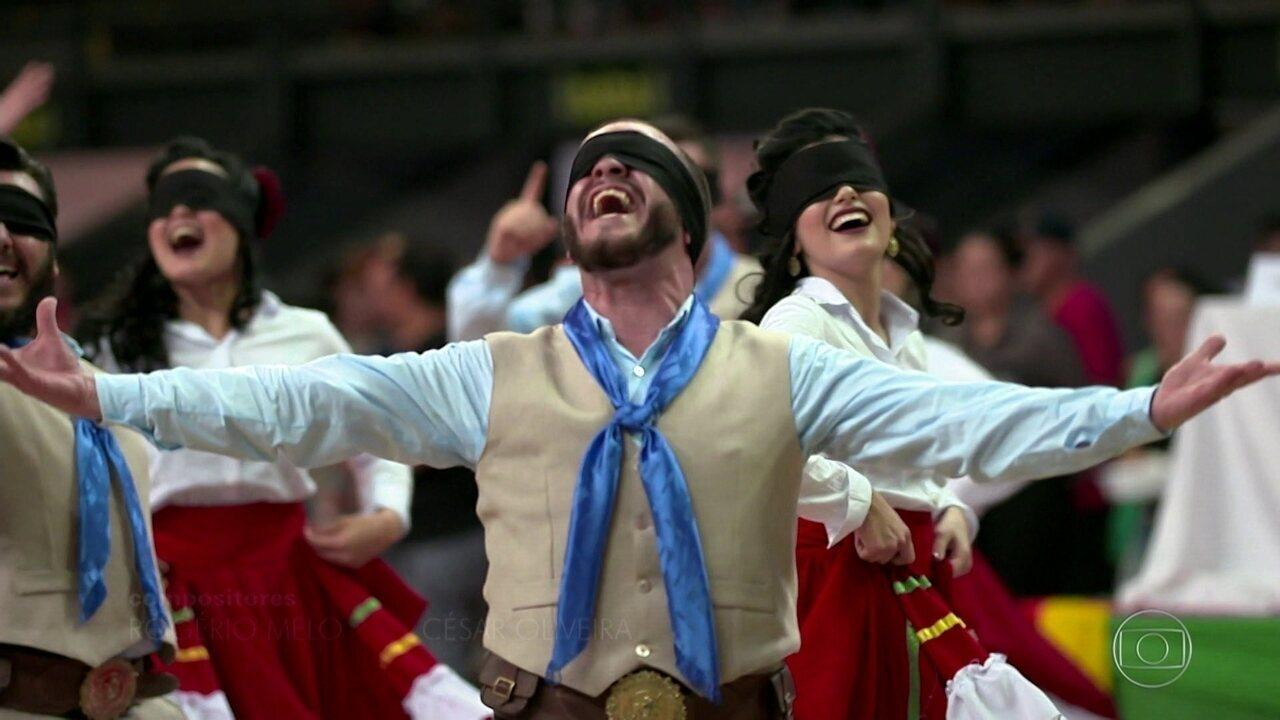 Dançarinos de grupo gaúcho se apresentam totalmente vendados