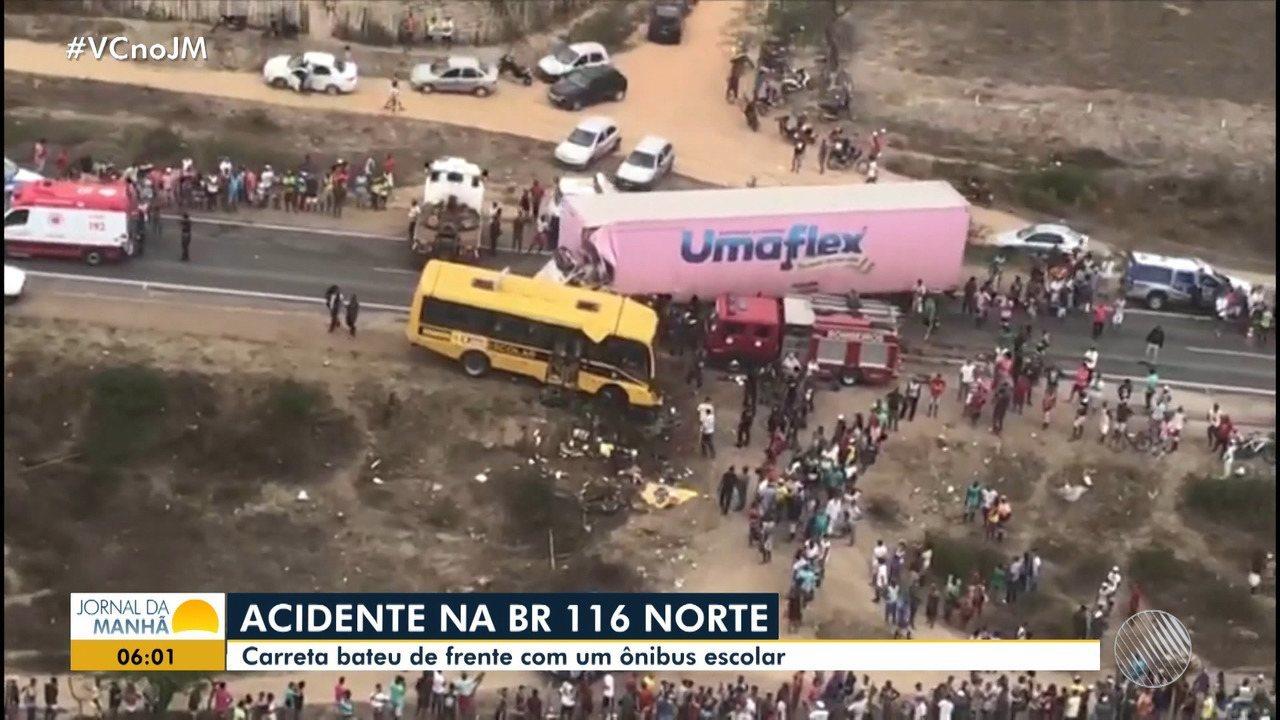 Cinco pessoas morrem após carreta bater de frente com ônibus escolar