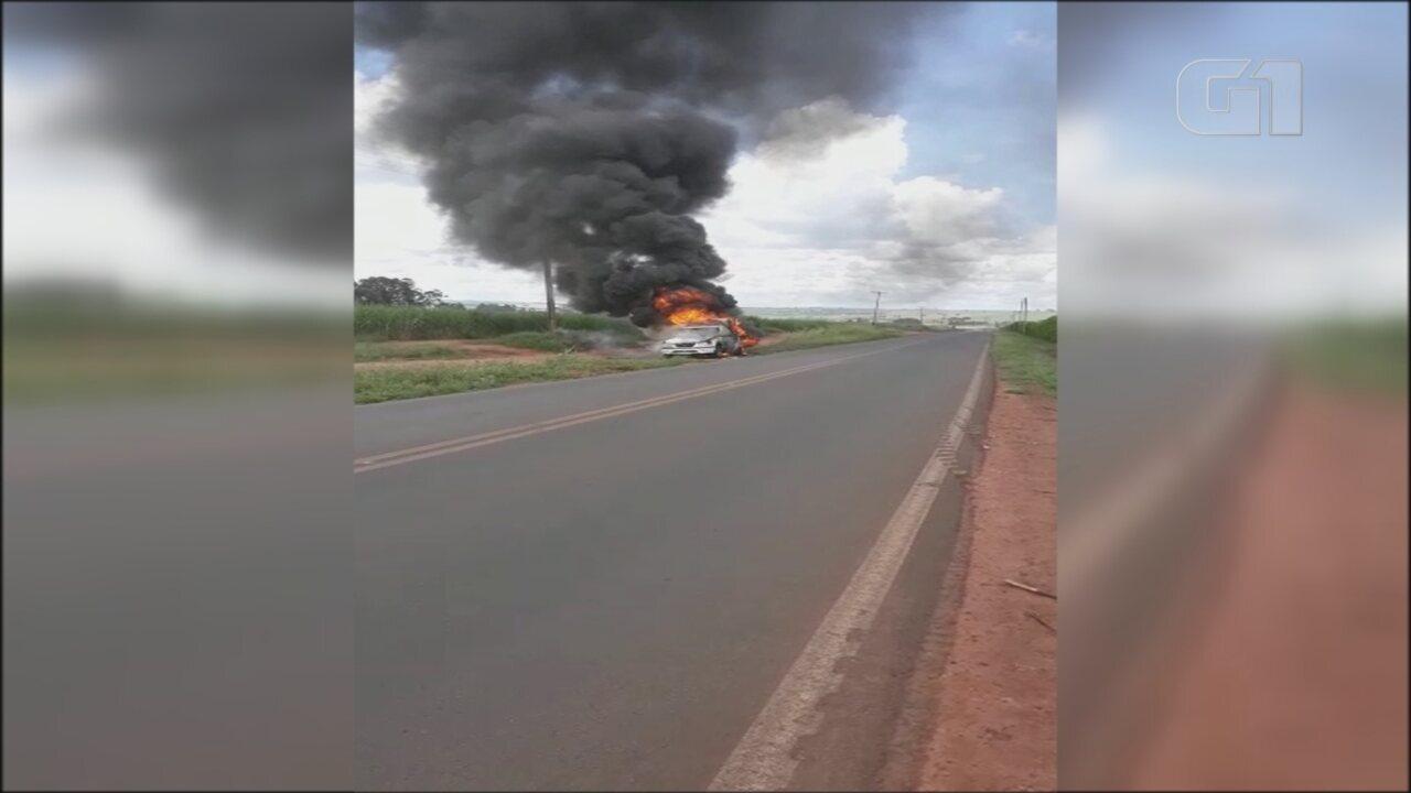 Ambulância pega fogo e motorista escapa ileso em vicinal de Itápolis