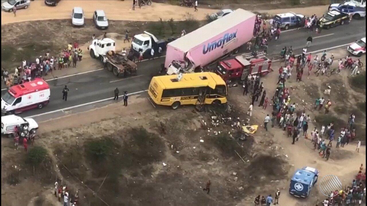 Destaques do dia: corpos de vítimas de acidente grave em Santa Bárbara são enterrados