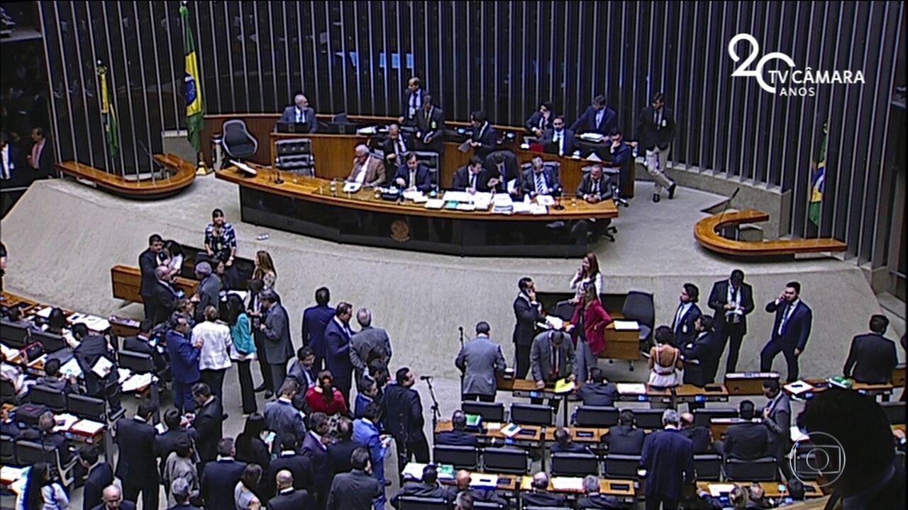 Deputados não votam e projeto que permite indicação políticas pra estatais vai pro Senado