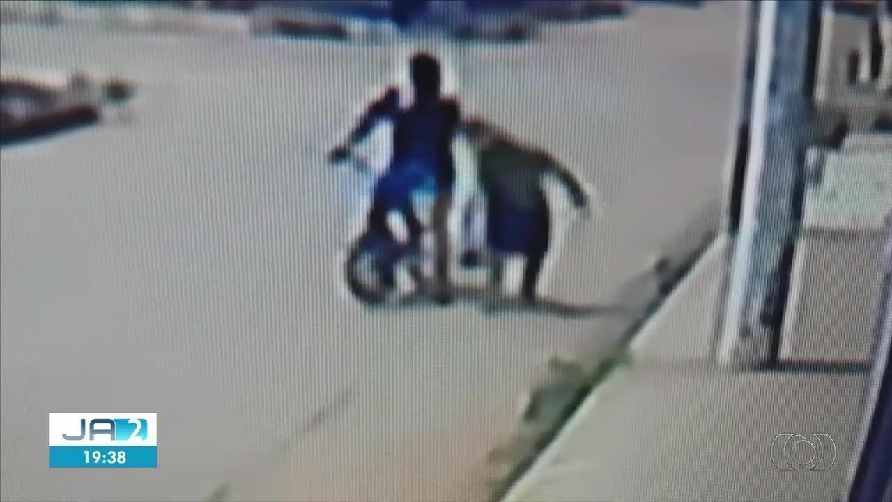 Idosa é agredida por homem em bicicleta durante assalto, em Guapó
