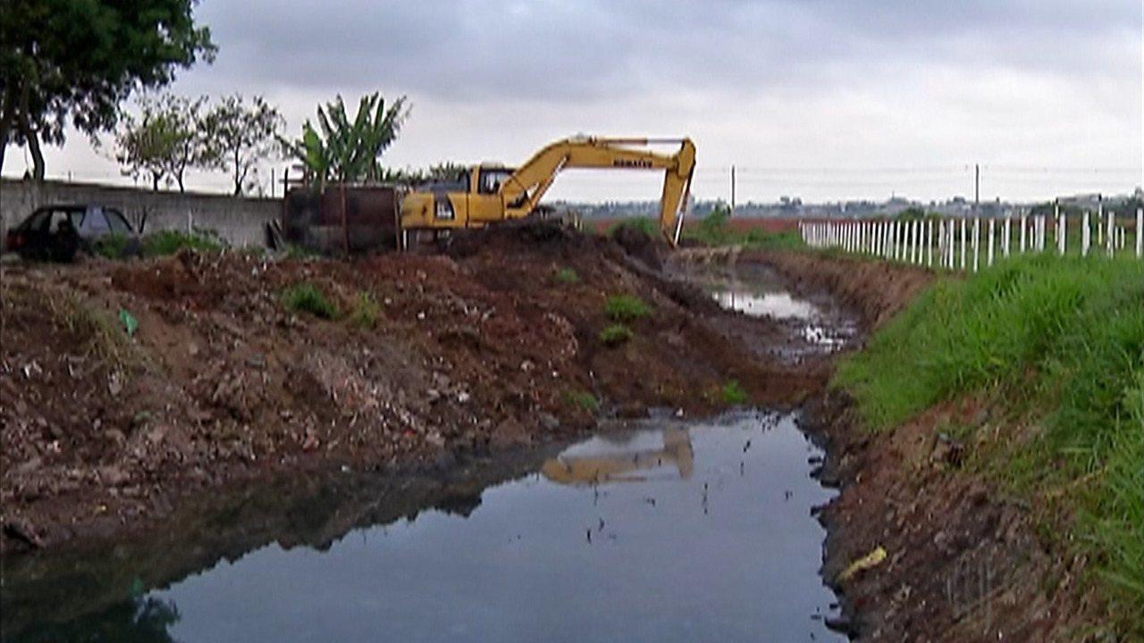 Moradores aguardam obra que vai reduzir enchentes no Miguel Badra, em Suzano