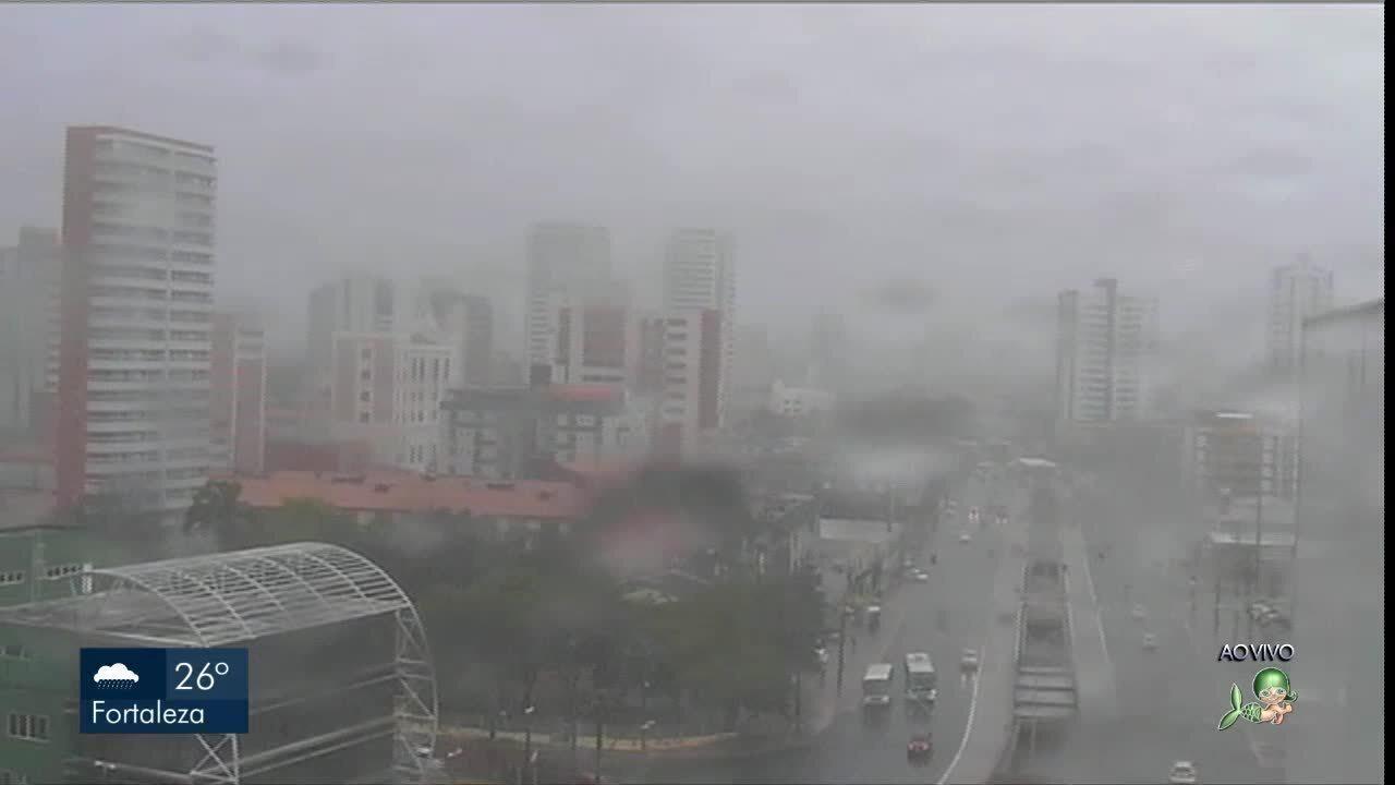 Fortaleza tem manhã de forte chuva