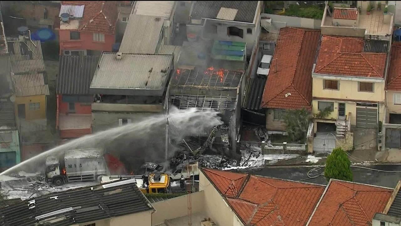 Avião de pequeno porte cai sobre casas na Zona Norte de São Paulo