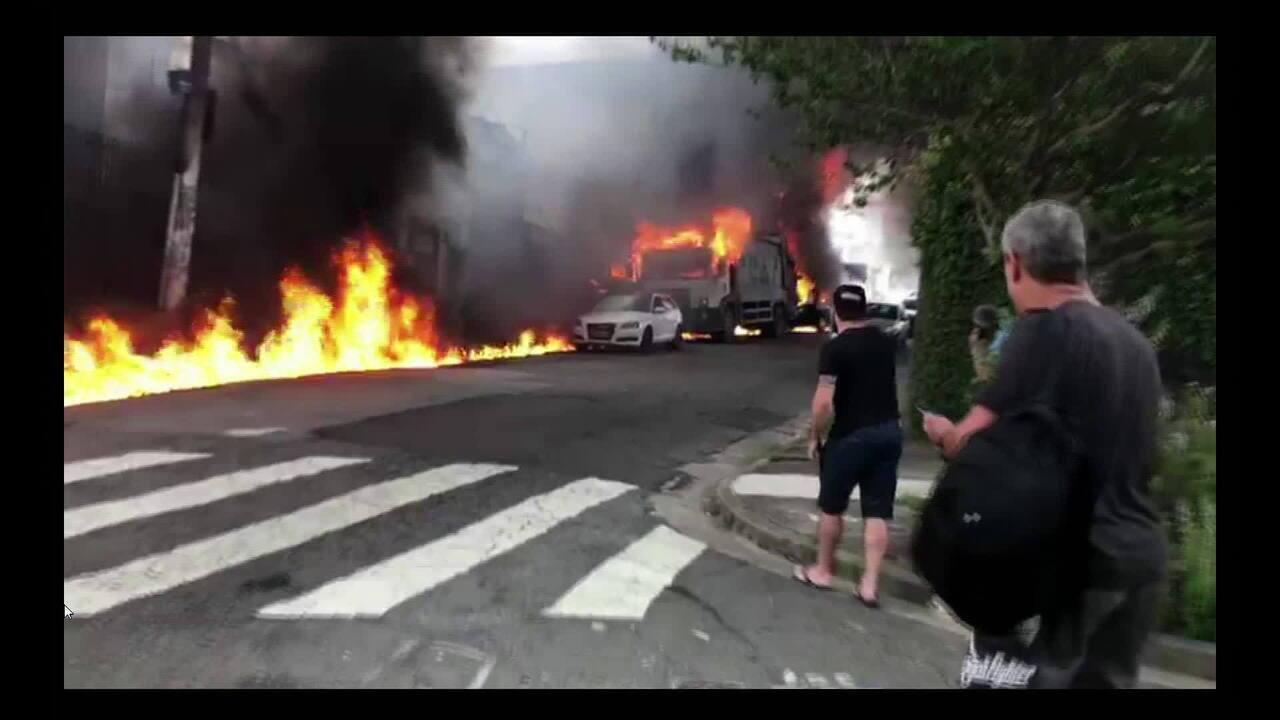 Imagens mostram fogo em rua logo após queda de avião de pequeno porte em SP
