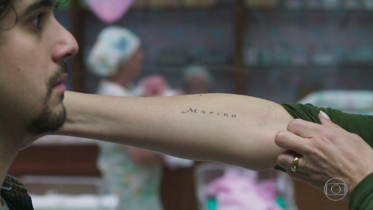 Rosa faz tatuagem para homenagear o bebê, mas acaba errando o nome da neta