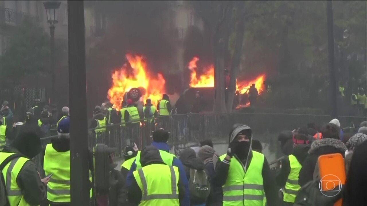 Governo francês cede a pressão das ruas e decide suspender imposto sobre os combustíveis