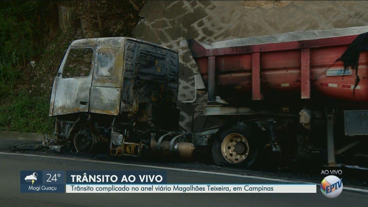 Caminhão carregado com areia pega fogo no Anel Viário Magalhães Teixeira, em Campinas