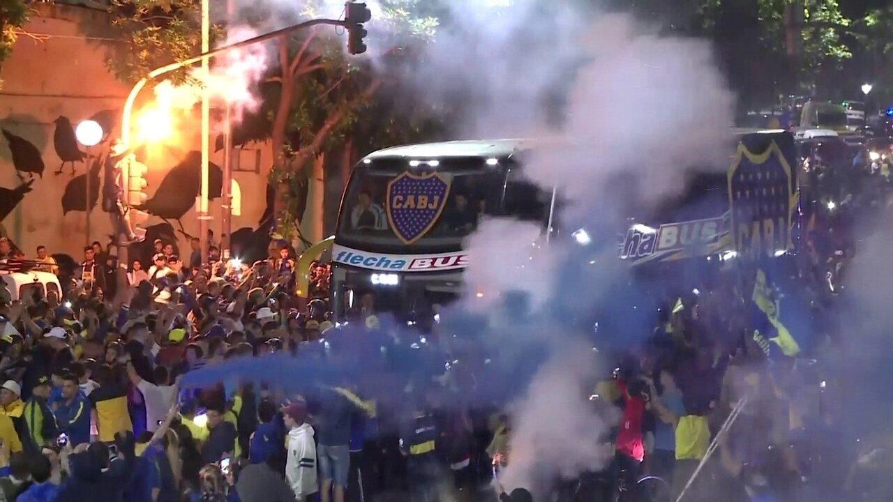 Torcida do Boca Juniors faz festa na saída do ônibus do time rumo à viagem a Madri para final da Libertadores