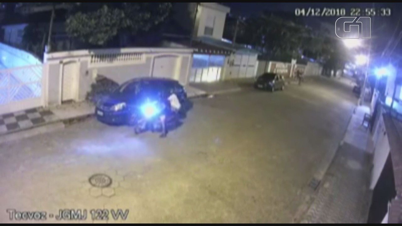 Mulher e bandido 'lutam' por bolsa durante assalto em São Vicente, SP