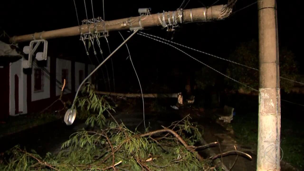 Chuva de granizo e ventos fortes em Simão Pereira causa estragos e interdita BR-040 entre MG e RJ