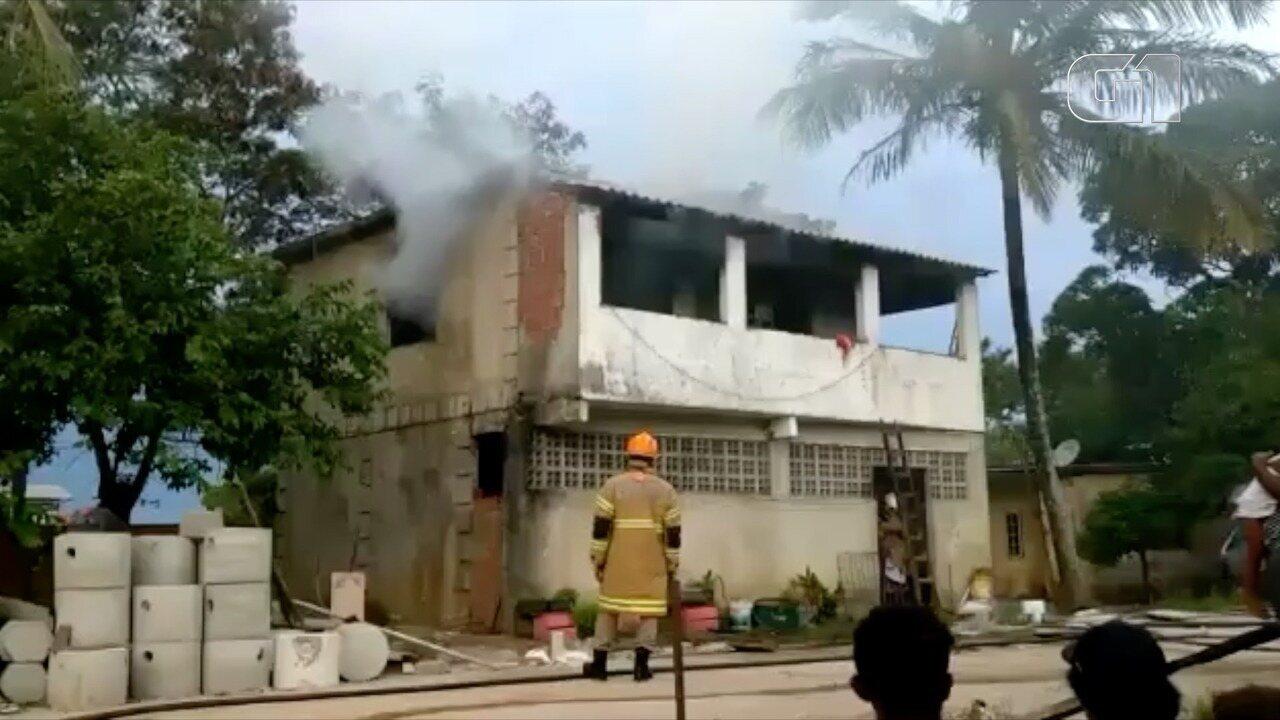 Incêndio consome parte de uma casa no bairro Jardim Esperança
