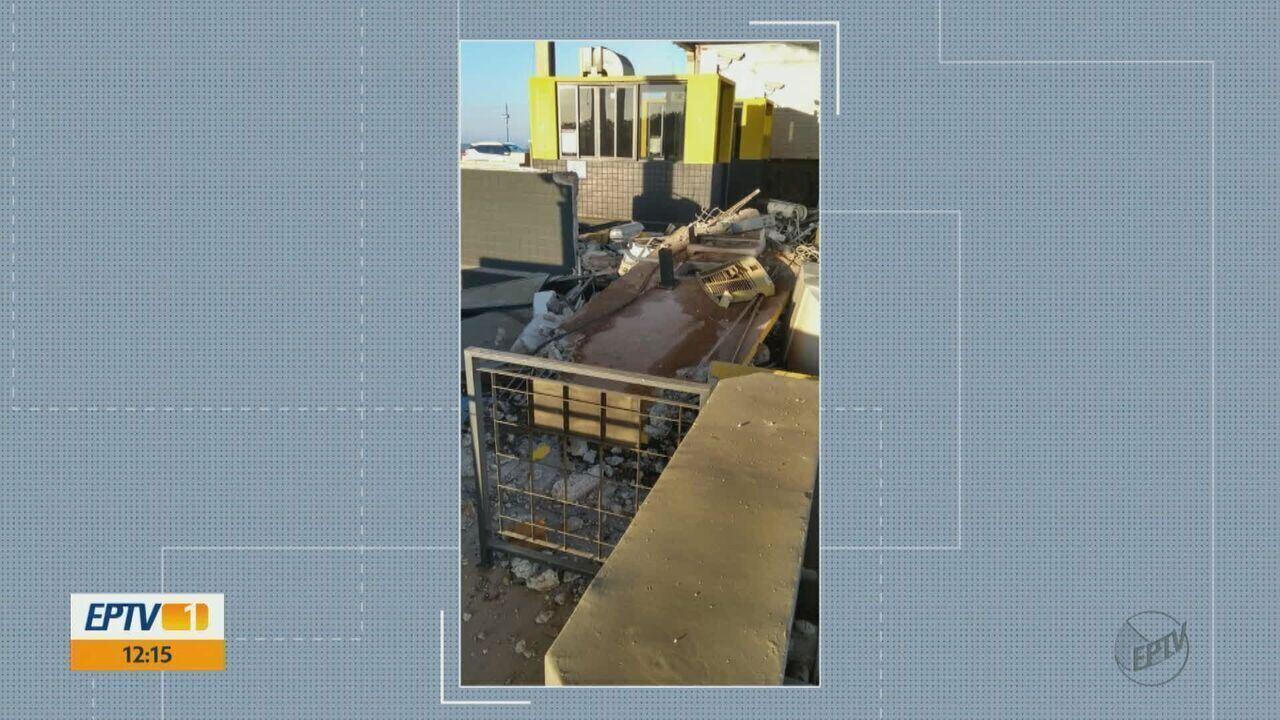 Caminhão destrói cabine de pedágio em Santa Rita do Passa Quatro