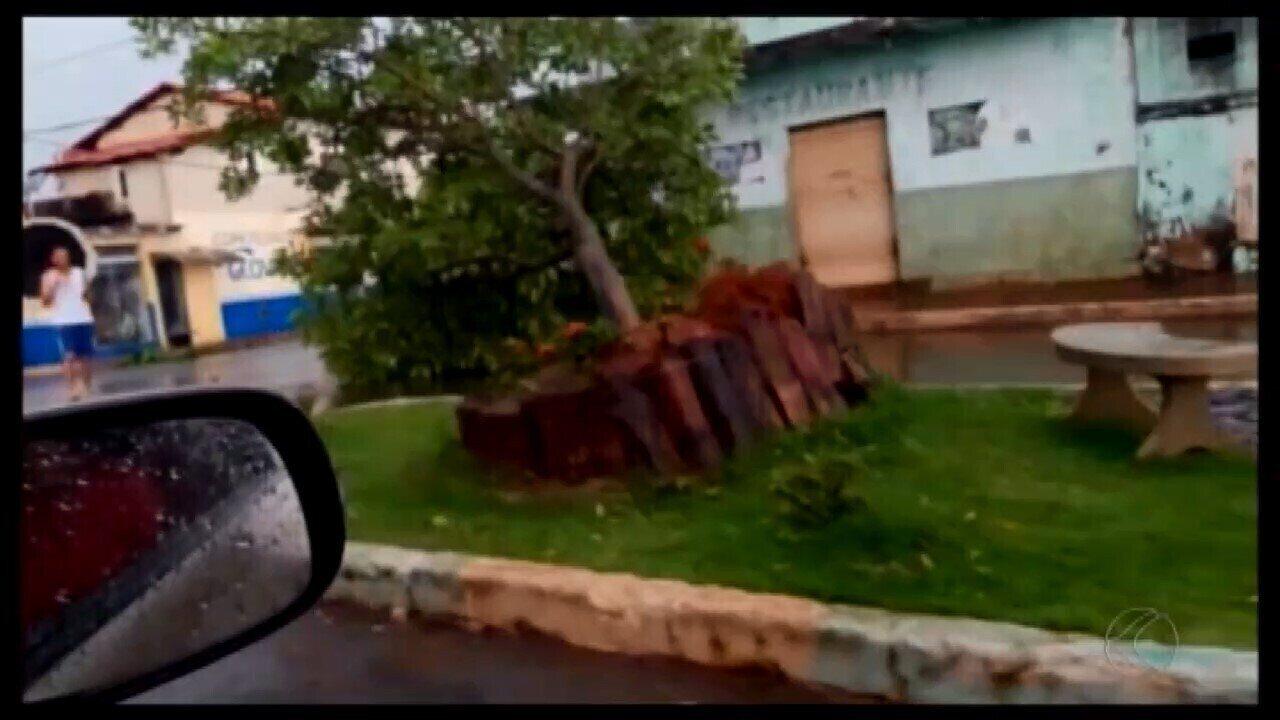 Chuva e ventos fortes assustam moradores de Santa Rosa da Serra e Piumhu