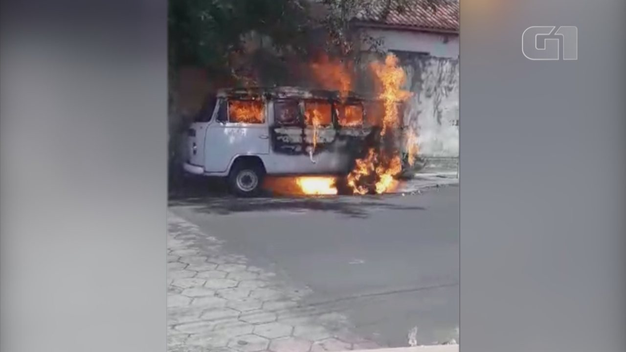 Perua carregada de ovos é destruída por incêndio em rua de Garça