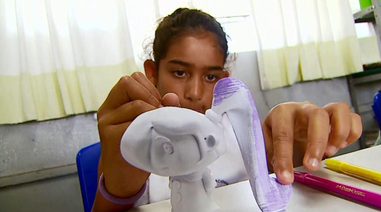 Voluntários transformam desenhos de crianças em brinquedos na impressora 3D