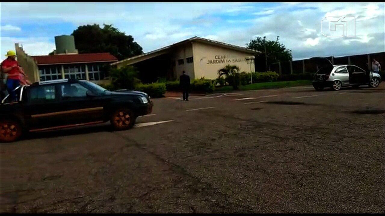 Filho faz homenagem em enterro do pai tocando arrocha e vídeo viraliza
