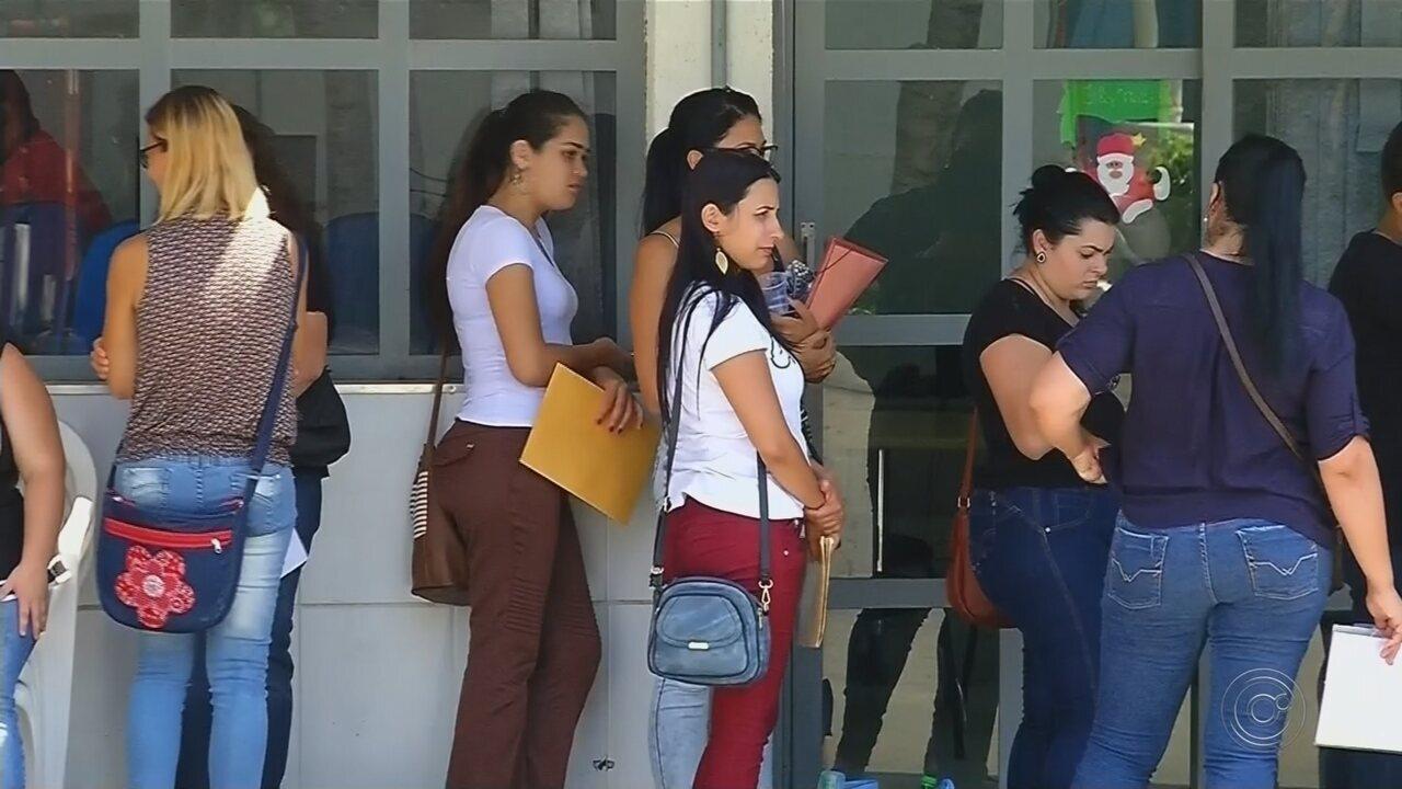 Candidatos fazem fila por vaga de trabalho em loja de departamento em Votuporanga