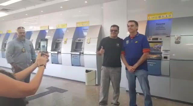 Bolsonaro vai ao banco e posa para fotos no Rio