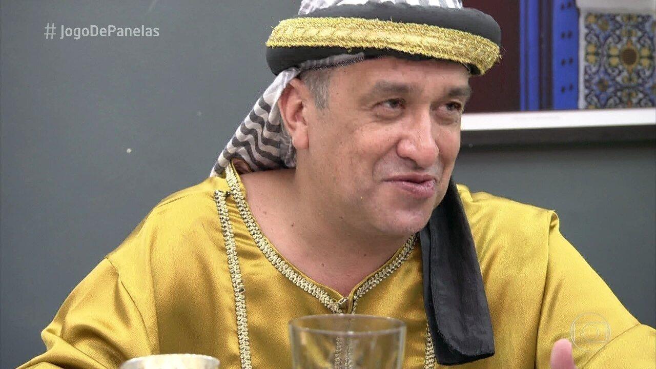 Luciano serve a sobremesa do jantar marroquino