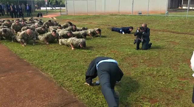 Jair Bolsonaro faz flexão junto com homens da Comando de Operações Táticas, da PF